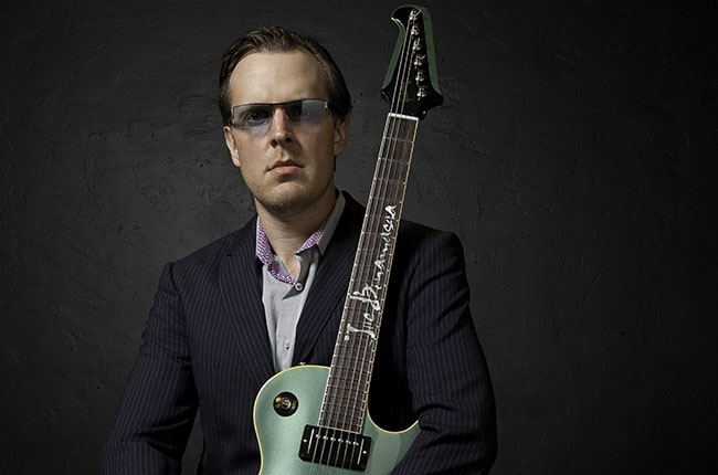 http://thebluesmobile.com/wp-content/uploads/2015/10/joe-bonamassa-2014-press-photo-billboard-650x430.jpg
