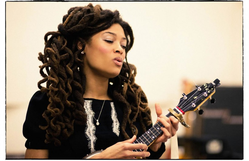http://thebluesmobile.com/wp-content/uploads/2017/02/valerie-june-press-photo02-820x530.jpg